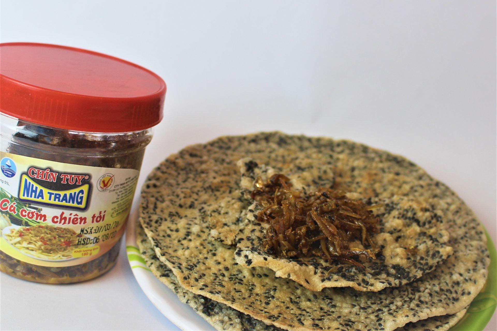 Bánh đa vừng đen ăn kèm cá cơm chiên tỏi Nha Trang do Vua Đặc Sản cung cấp